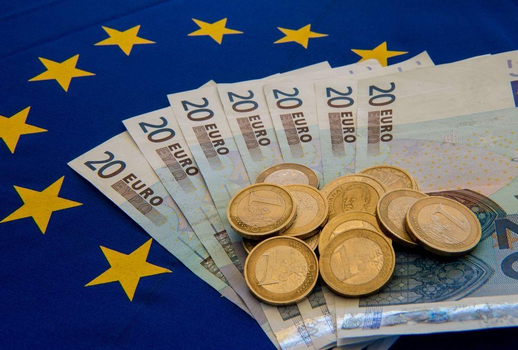 Juncker kot Miklavž z darili za območje z evrom