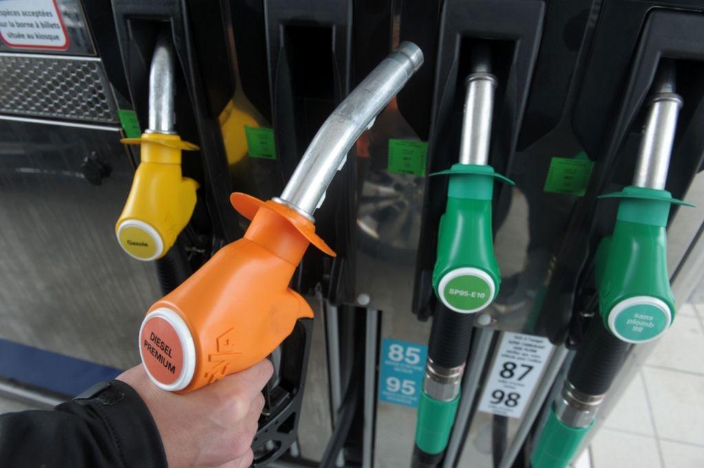 V praznični december spet s cenejšim gorivom