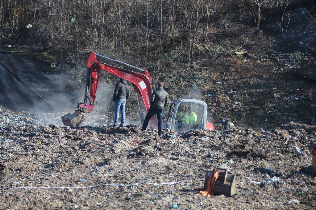 Na deponiji iščejo človeško glavo