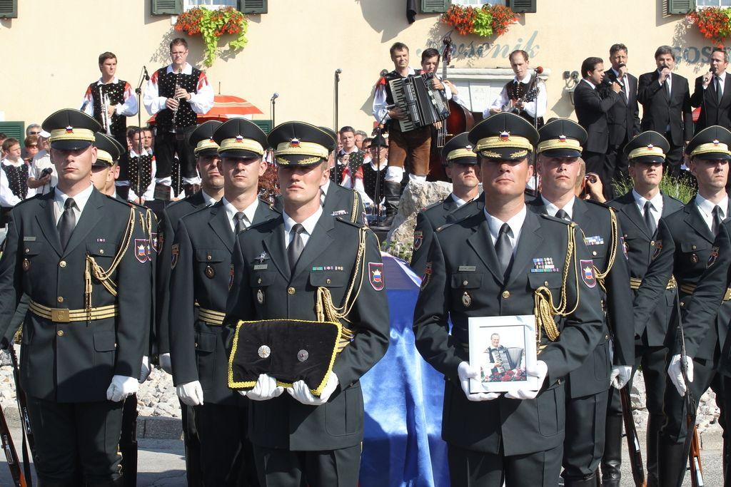 Gardisti, zastava in žalostinka Domovini