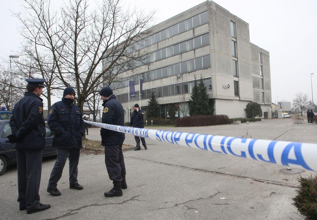 Policija v Dobrovem preiskuje nočni vlom v banko