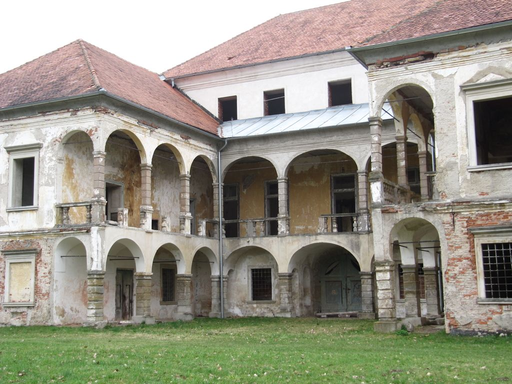 Grad in posestvo Turnišče še ne vesta, da sta že dobro leto občinska