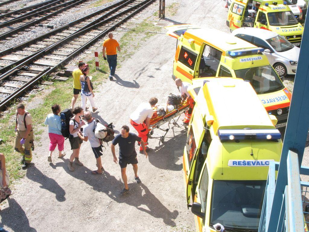 Železniška nesreča na Jesenicah: po zadnjih podatkih poškodovanih 34 ljudi