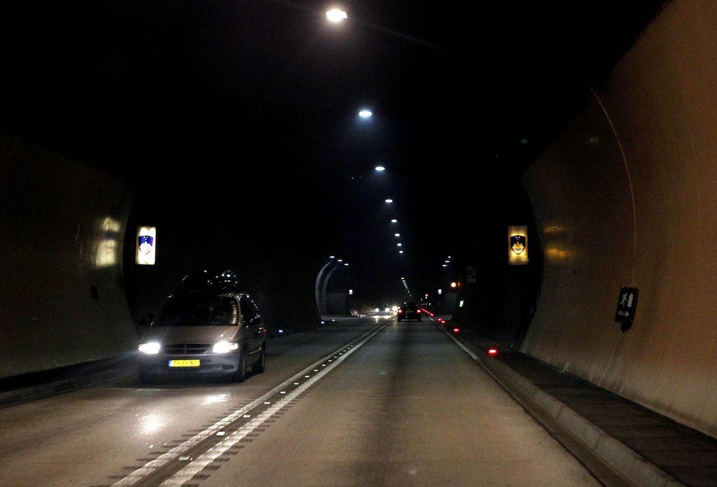 Delova tema: zagotavljanje prometne varnosti v cestnem predoru Karavanke