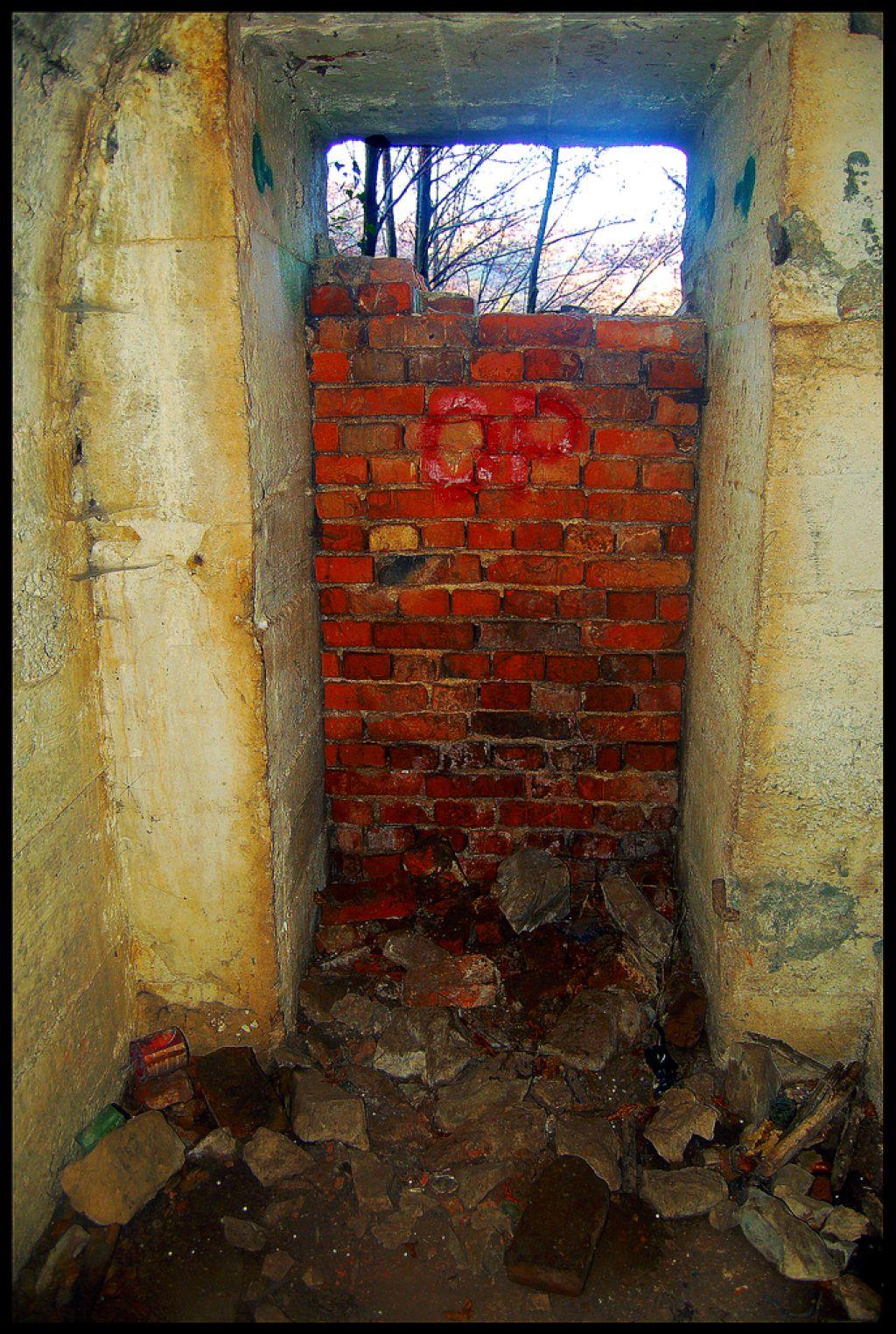 Skriti svet bombnega zaklonišča nad Grosupljem