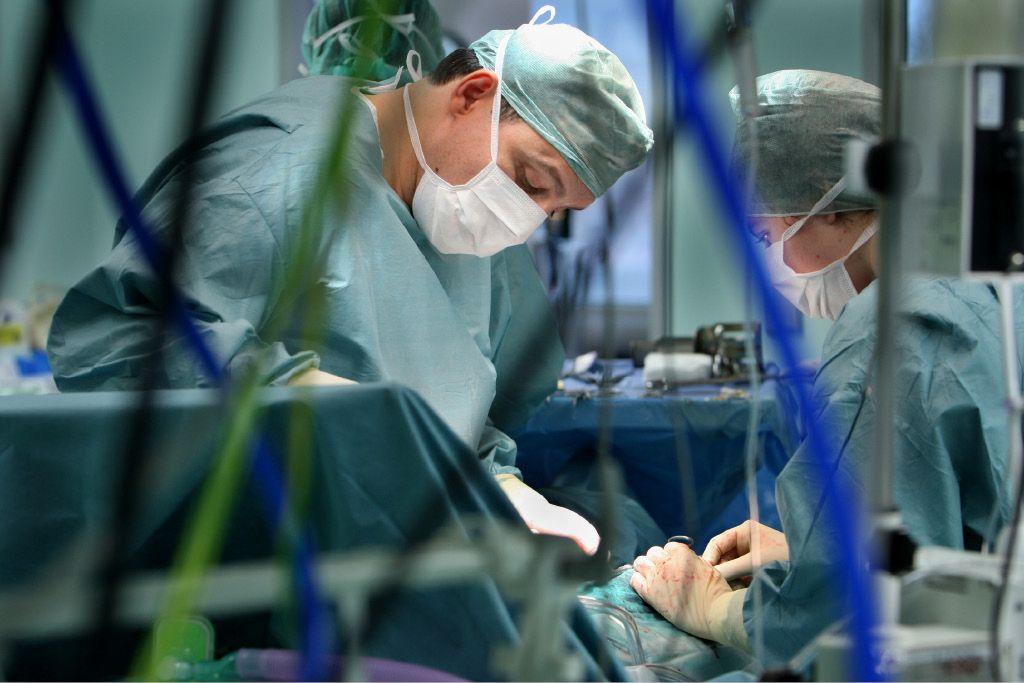 Dilema: Kdaj na operacijo kolka čez mejo