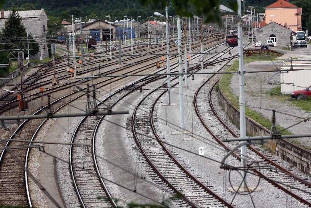 V Divači poskušajo ujeti zamujeni vlak