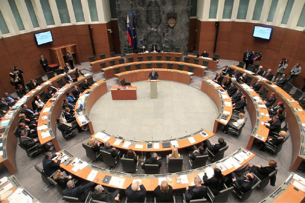 Za obnovo parlamenta 250.000 evrov več kot lani