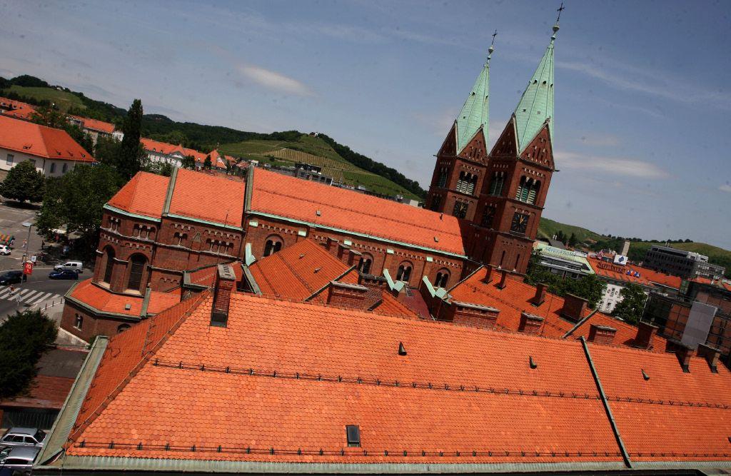 Kljub velikemu premoženju Cerkev dobiva od države milijone