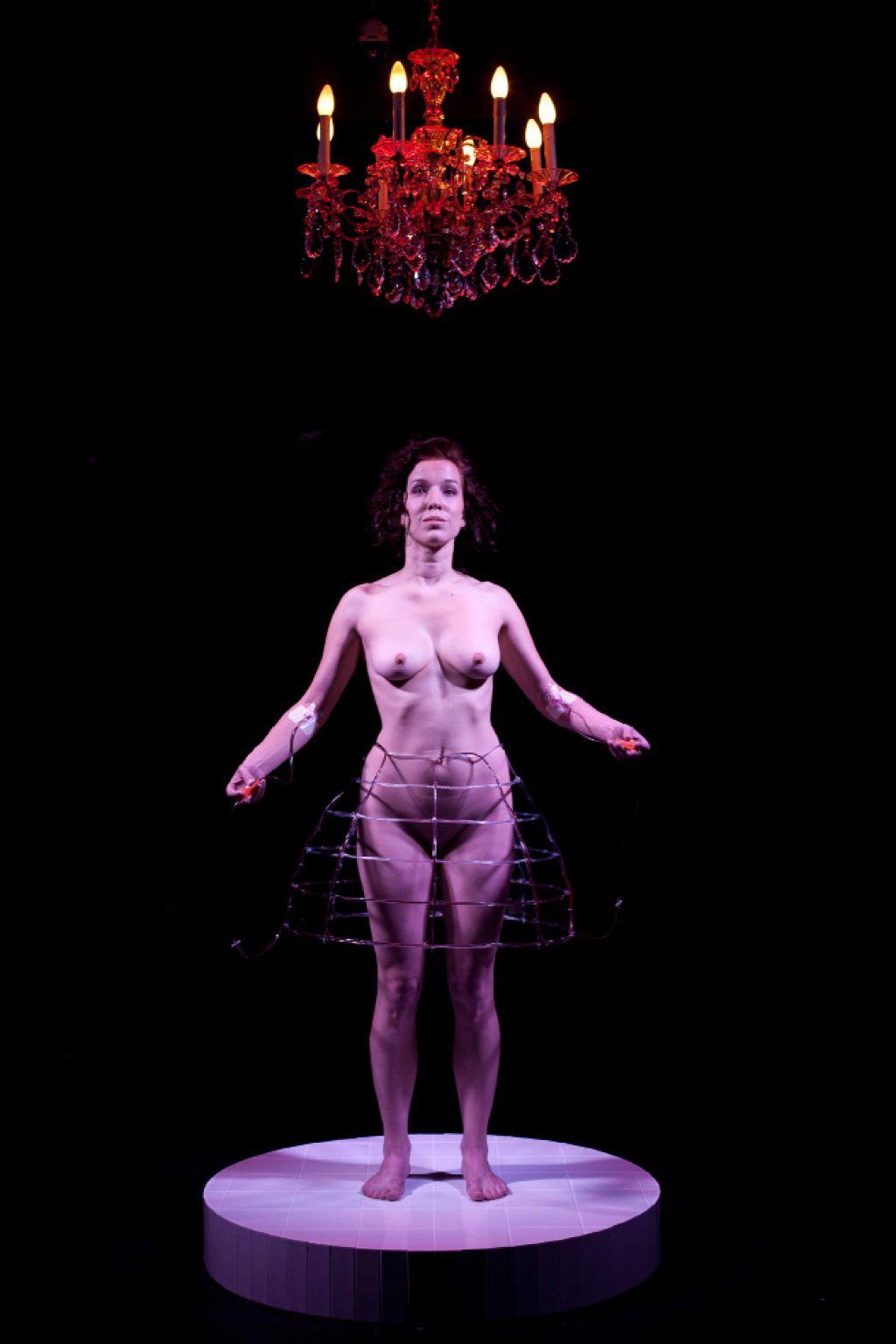 Ocena performansa Kri-nolina: obleka iz krvi lastne duše