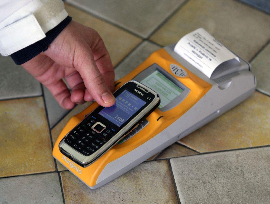 Z mobilnim telefonom še vedno redko plačujemo