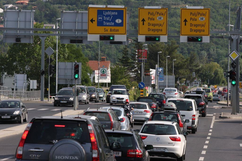 Na cestah in mejnih prehodih zastoji