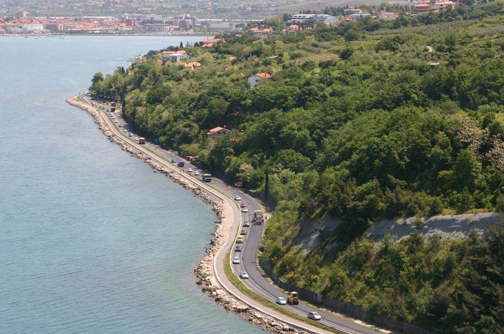 Obalna cesta vendarle prepuščena občinam