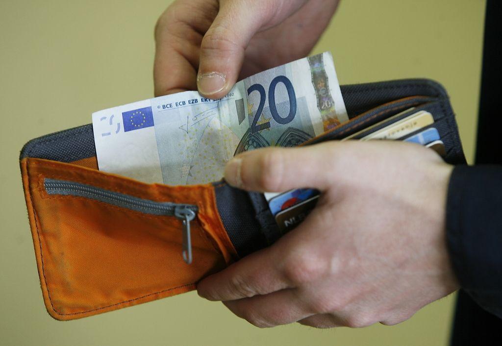 Plače so se najbolj znižale v kulturi, zvišale pa v oskrbi z elektriko