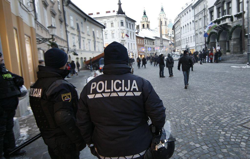 Janković in policist po obravnavi na urgenci v domačo oskrbo