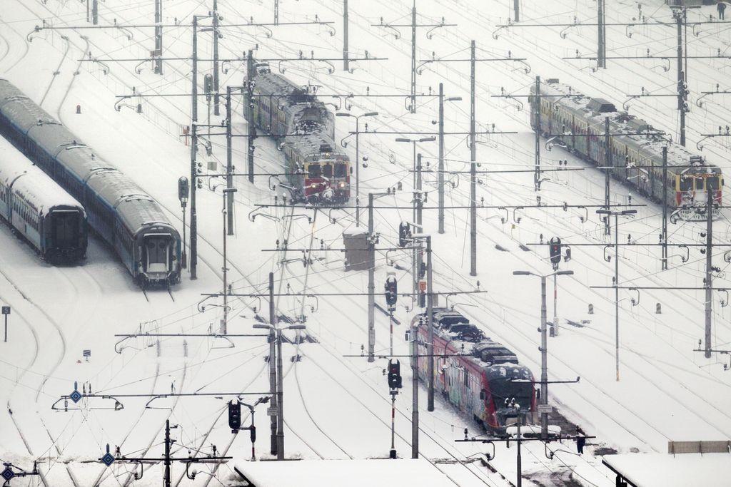 Železničarji prijavili znižanje najvišjih plač