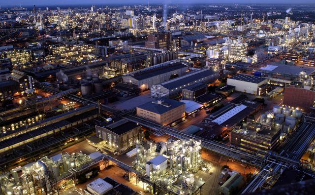 Stammwerk der BASF Gruppe  Ludwigshafen. Das Herz der BASF-Gruppe ist die BASF SE mit ihrem Stammwerk in Ludwigshafen am Rhein. Mit über 200 chemischen Produktionsbetrieben, vielen hundert Labors, Technika, Werkstätten und Büros ist es der größte