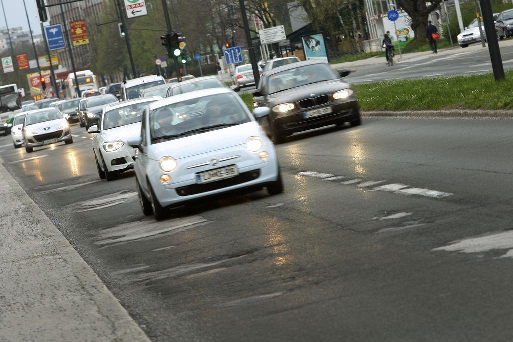 Sneg, zmrzal in sol so na cestah naredili za novih 40 milijonov škode
