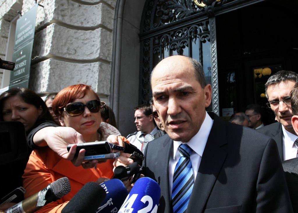 Proces Patria: Janši dve leti zapora, sodnici grozijo