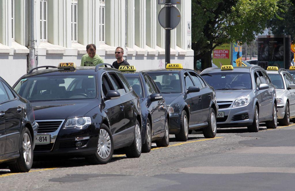Občini taksa, taksistom nič?