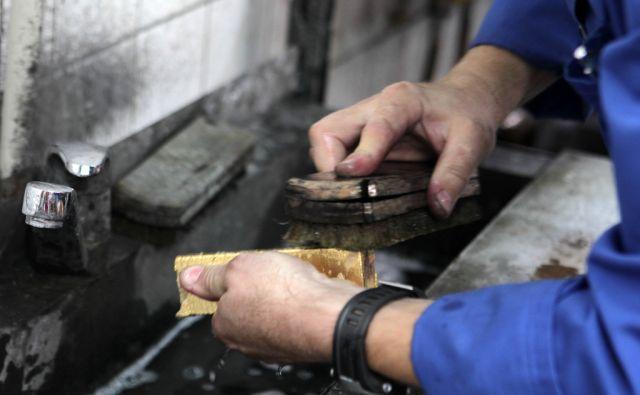Čiščenje zlate palice v Zlatarni Celje. Celje, 17. 07. 2013