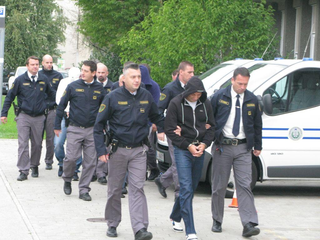 Policija razbila združbo preprodajalcev drog