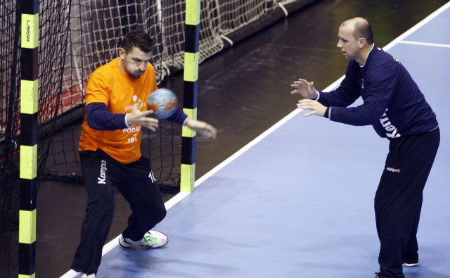 Primož Prošt in Gorazd Škof med ogrevanjem pred tekmo med Slovenijo in Švico v Velenju 30. oktobra 2013.