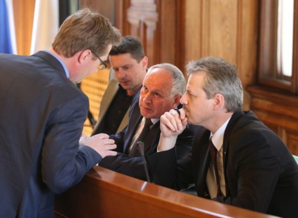 Župani zahtevajo odločbe do konca aprila
