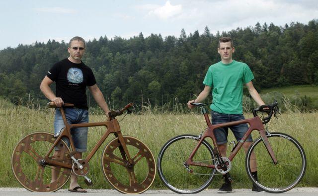 Oče in sin Mika in Marjan kolesarja in izdelovalca lesenih koles. V Šujici 2.6.2014