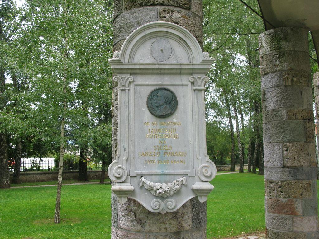 Nagrobnik genialnemu Janezu Puharju v Prešernovem gaju