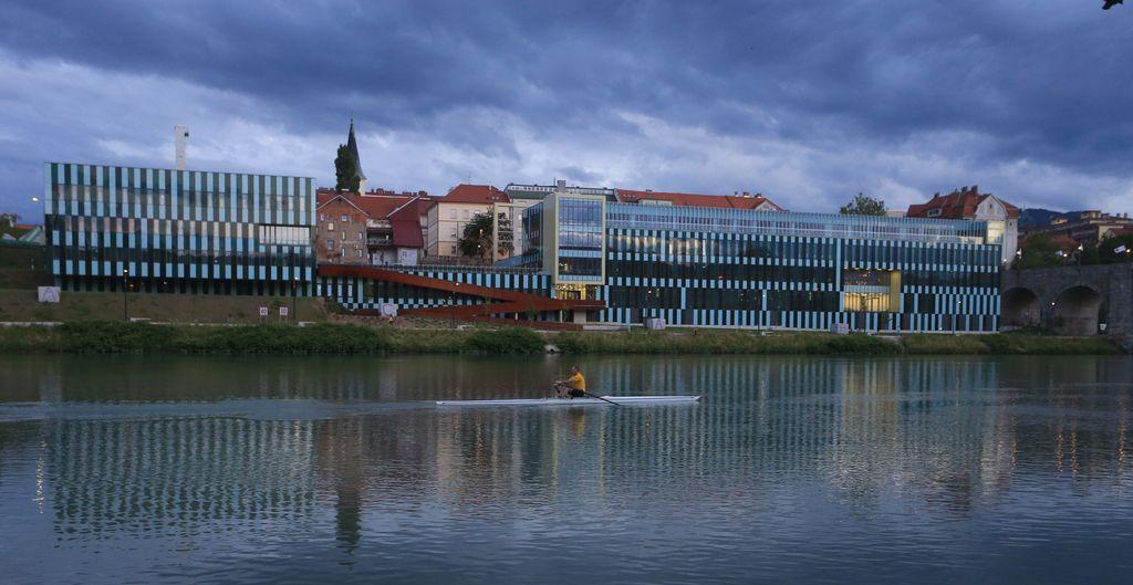 Novi medicinski fakulteti grozi vračilo denarja za stavbo z napakami
