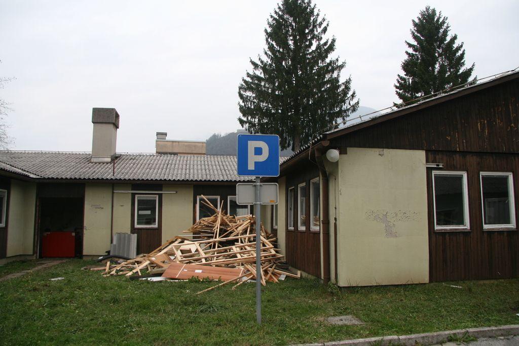 Tolmin: do parkirišča čez nevarno križišče