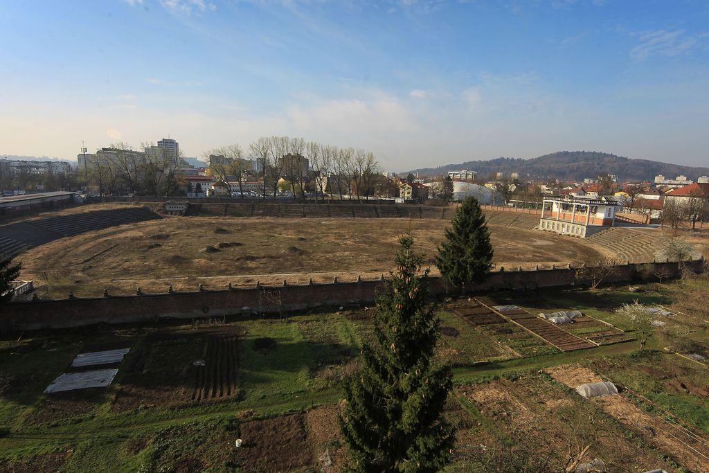 Boj za lastništvo zelenice ob stadionu se bo še vlekel