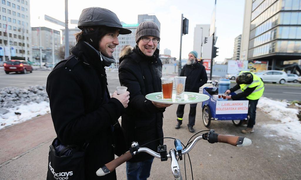 Vztrajne kolesarje je v središču Ljubljane pogrel čaj