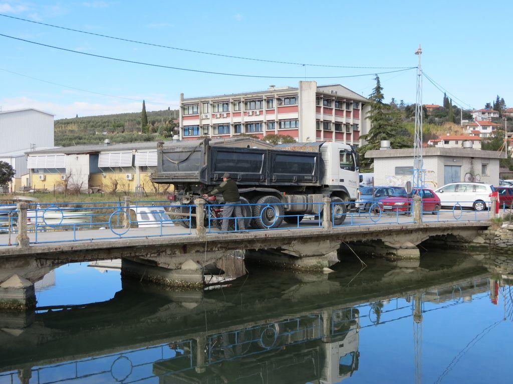 Sečovljske soline: čez most 16-tonski tovornjak, a ostaja zaprt za pešce