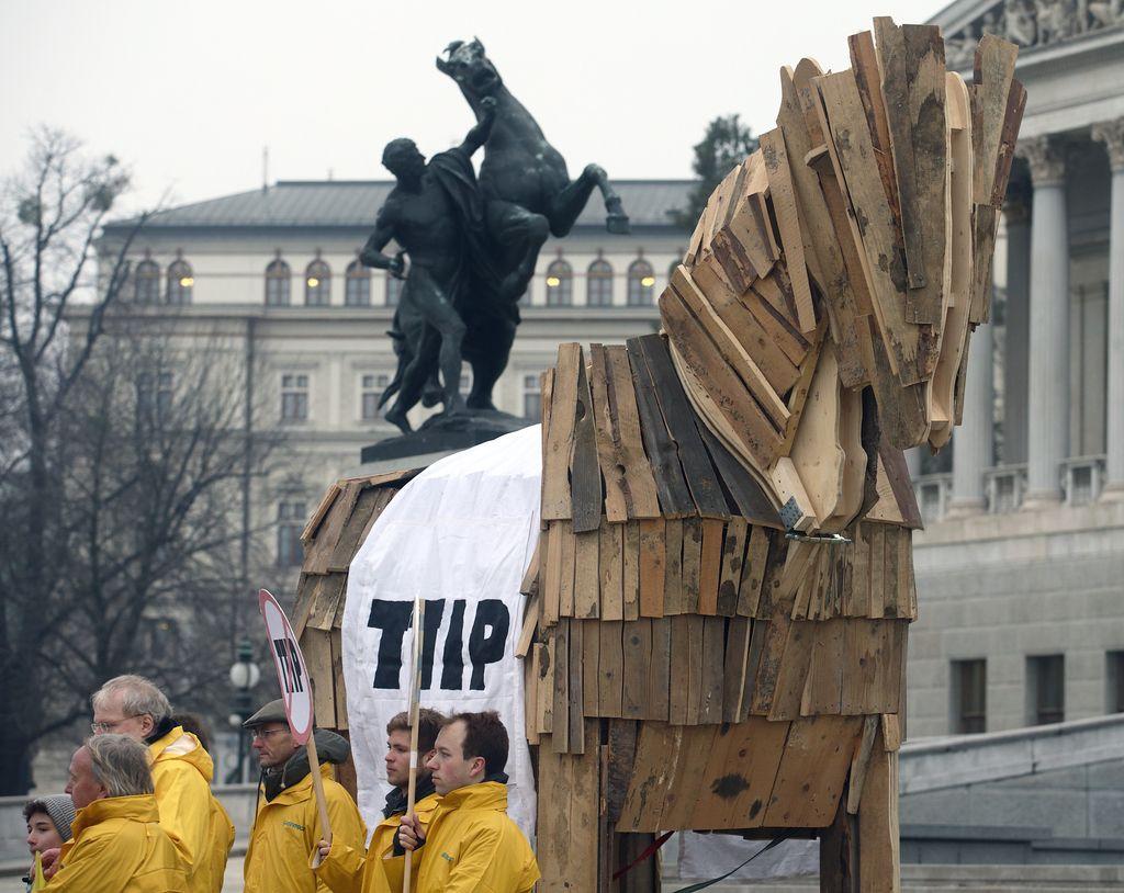 Nasprotniki TTIP Komisiji predali 3,3 milijona podpisov, v soboto protesti