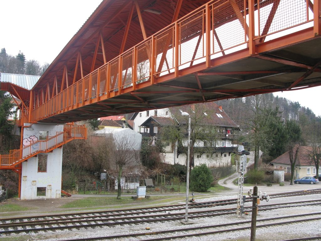 Železniški nadhod v Črnučah zapreti ali pa popraviti