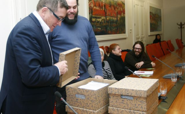 Andrej Fištravec, župan MOM, je sprejel predstavnike skupine Odločaj o mestu, ki so mu predali zbrane podpise v podporo pobudi za uvedbo participatornega proračuna, 26.2.2015, Maribor