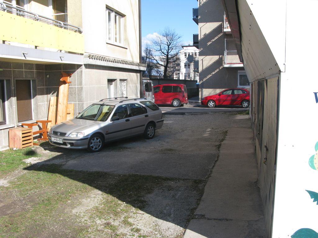 Zgolj daljinci ne rešujejo parkirnega kaosa