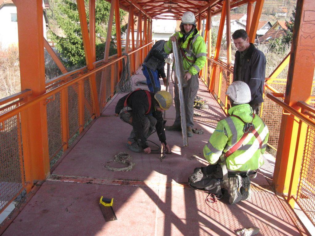 Železniški nadhod v Črnučah vendarle začeli popravljati