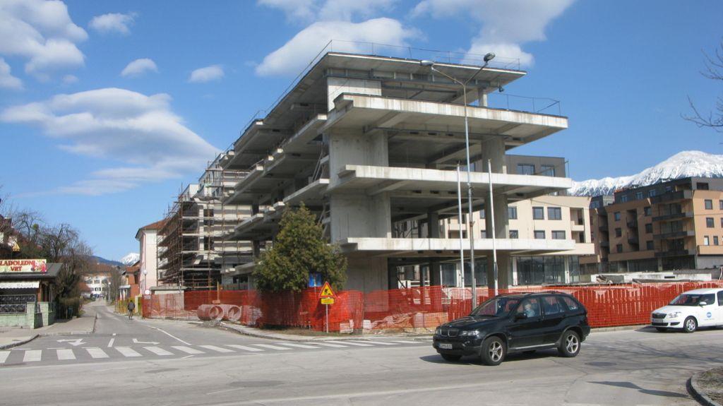 Komunala in stanovanja letos, knjižnica še ne