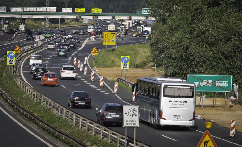 Voznik avtobusa s 40 otroki po avtocesti v napačno smer