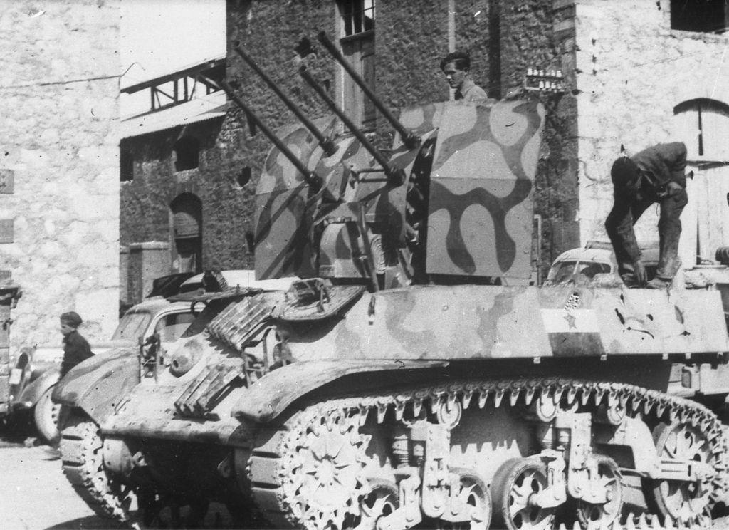 Kabinet čudes: S tankom v Trst