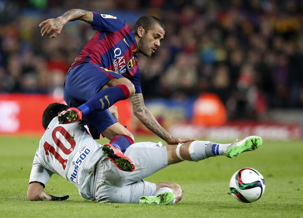Nogometne novice: Alves pred izhodnimi vrati Barcelone, Deportivo odpustil Fernandeza
