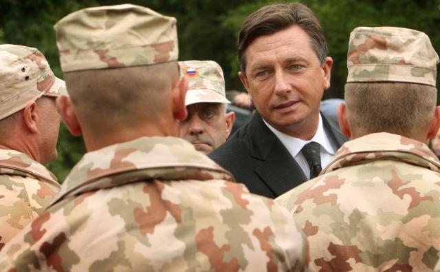 27.9.2010 Novo Mesto, Slovenija. Premier Borut Pahor se rokuje z vojaki. Slovesnost ob odhodu pripadnikov 14. kontingenta ISAF v mednarodno operacijo v Afganistan.FOTO:JURE ERZEN/Delo