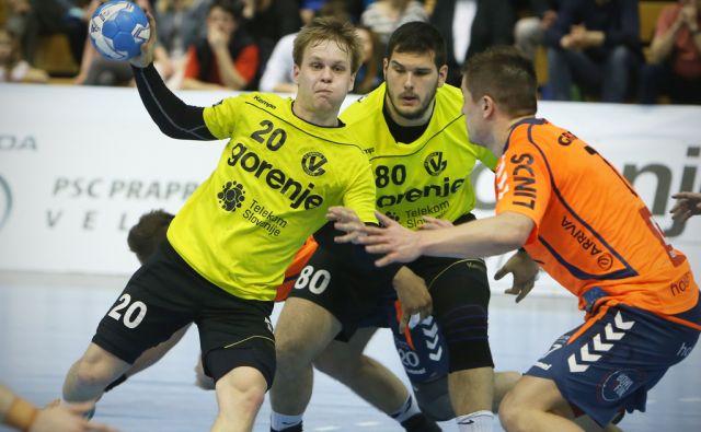 Igralca Gorenja Staš Skube št.20 in Kristian Bećiri št.80 v napadu. Rokometna tekma EHF pokala med Gorenjem iz Velenja in  Holstebrom. Velenje, Slovenija 11.aprila 2015.