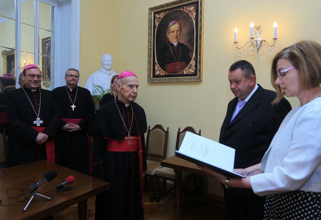 Škof Smej prejel madžarski viteški križ