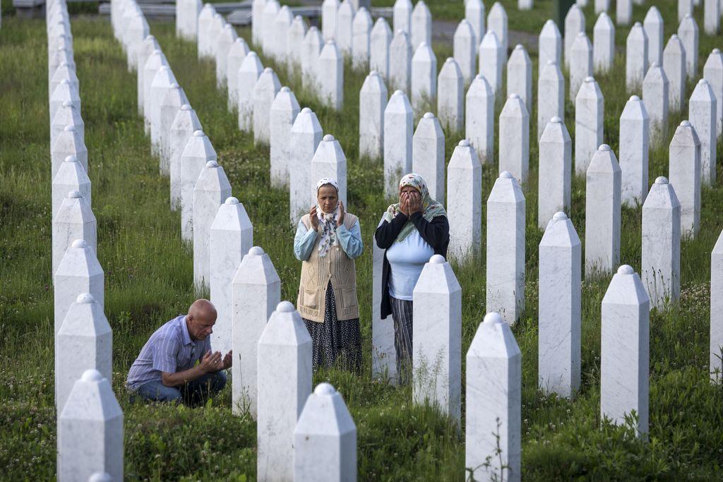 Karadžić kriv za genocid v Srebrenici in vojne zločine v BiH