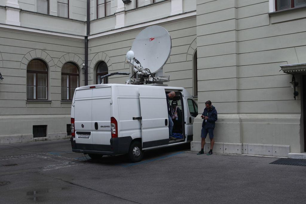 Opazili smo: Sumljivi kombi na vladnem dvorišču