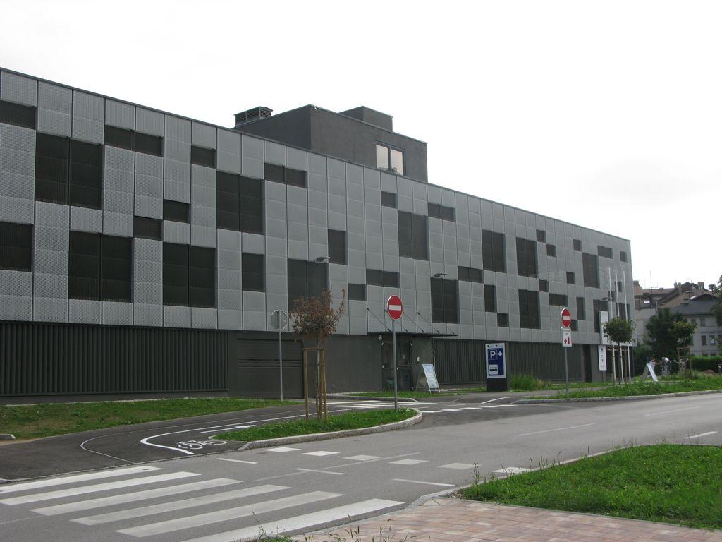 V Domžalah začela delovati garažna hiša P + R